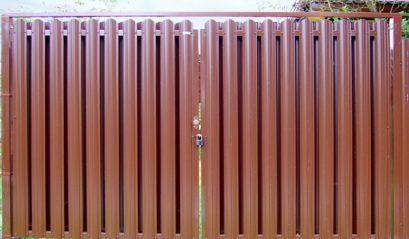 Заборы из металлического евро-штакетника