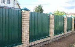 Забор из профнастила с кирпичными столбиками