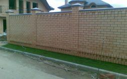 Забор полностью из кирпича