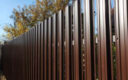 Забор из металлического евро-штакетника